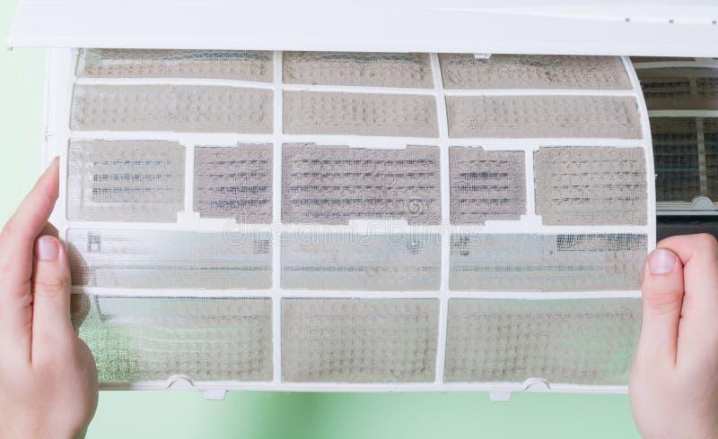 Αφαίρεση του βρώμικου κλιματιστικού μηχανήματος στοκ φωτογραφία με δικαίωμα ελεύθερης χρήσης