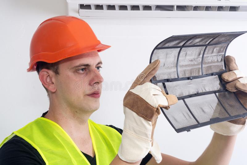 Αφαίρεση του βρώμικου φίλτρου κλιματιστικών μηχανημάτων στοκ φωτογραφία με δικαίωμα ελεύθερης χρήσης
