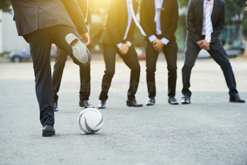 αφαιρέστε το ποδόσφαιρο ποινικής ρήτρας λακτίσματος ποδοσφαίρου ανασκοπήσεων στοκ εικόνες
