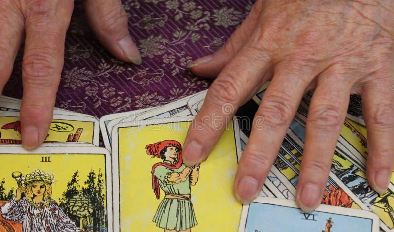 Αφηγητής τύχης με τις κάρτες Tarot στοκ φωτογραφίες