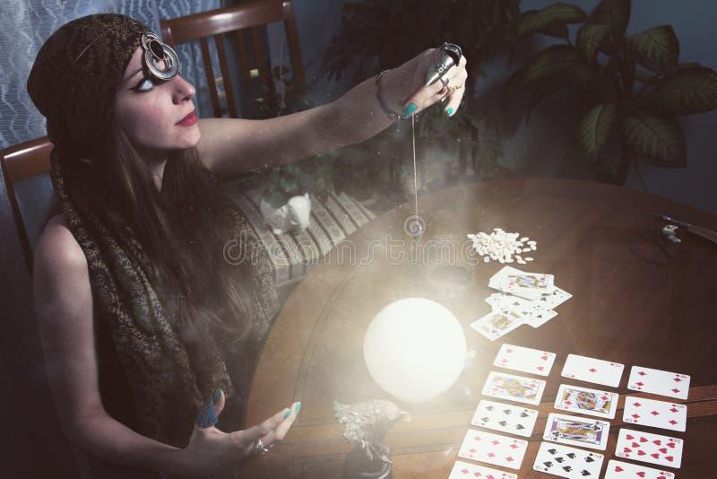 Αφηγητής τύχης που κοιτάζει σε μια σφαίρα κρυστάλλου στοκ φωτογραφίες