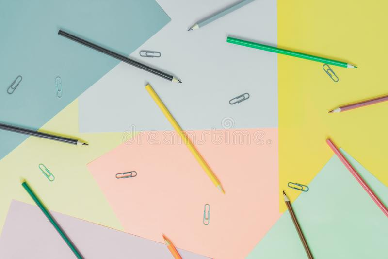 Αφηρημένα διαφορετικά πολύχρωμα καθιερώνοντα τη μόδα υπόβαθρα κρητιδογραφιών με τα μολύβια και θέση για το κείμενο r στοκ φωτογραφίες με δικαίωμα ελεύθερης χρήσης