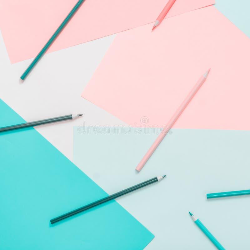 Αφηρημένα διαφορετικά πολύχρωμα υπόβαθρα κρητιδογραφιών με τα μολύβια και θέση για το κείμενο r στοκ φωτογραφία