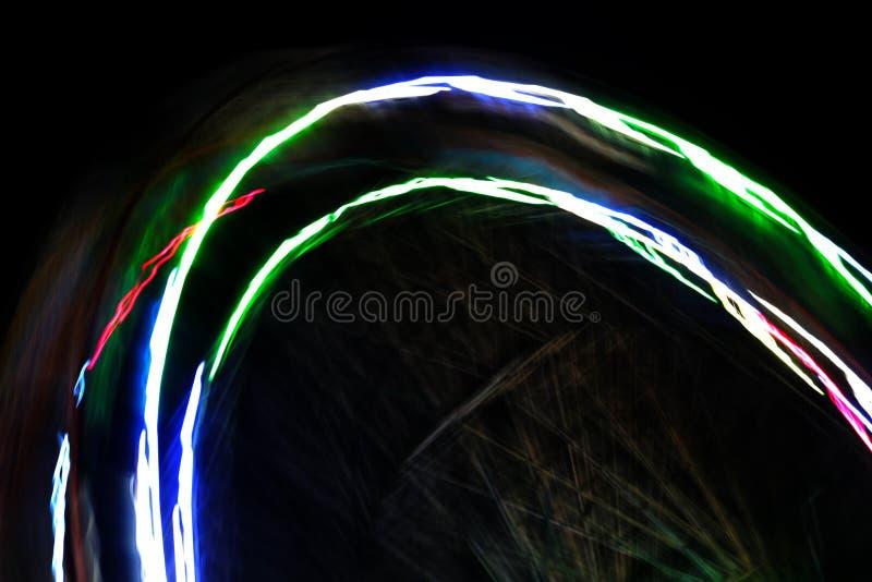 Αφηρημένα πολύχρωμα ελαφριά ίχνη σε μια θαμπάδα κινήσεων στοκ φωτογραφία