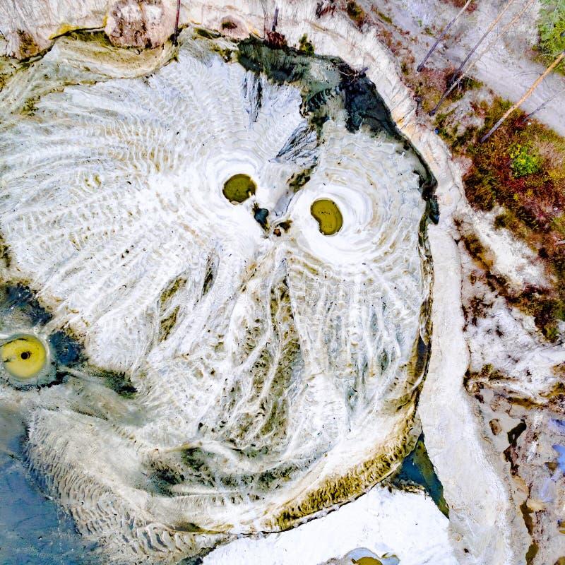 Αφηρημένα σχέδια στο έδαφος από τα ρεύματα νερού που μοιάζει με την κουκουβάγια στοκ εικόνες με δικαίωμα ελεύθερης χρήσης