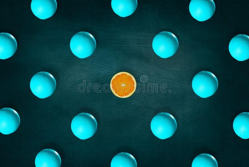 Αφηρημένα φρούτα: Σημαντική πορτοκαλιά μέση γύρω από τα μισά πορτοκάλια στο υπόβαθρο πινάκων Τοπ όψη στοκ εικόνες