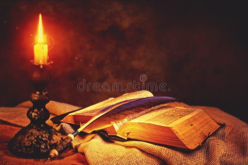 Αφηρημένες ανασκοπήσεις φαντασίας με το μαγικό βιβλίο στοκ φωτογραφία