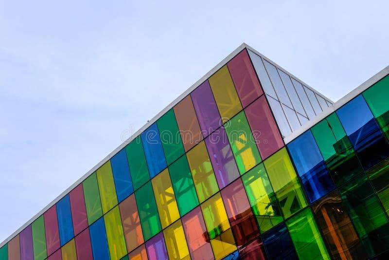 Αφηρημένη άποψη μιας σύγχρονης, βασισμένης στην ΤΠ οικοδόμησης και γραφεία που παρουσιάζουν χρωματισμένα παράθυρα γυαλιού στοκ εικόνες με δικαίωμα ελεύθερης χρήσης