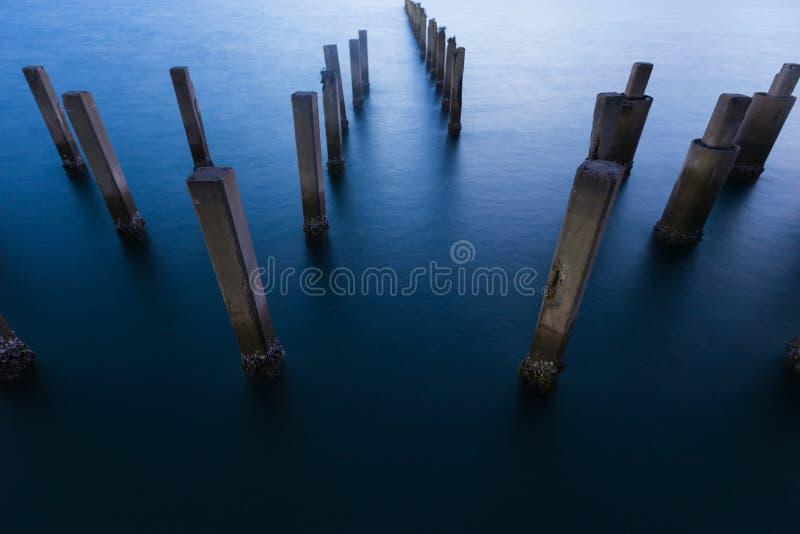 Αφηρημένη άποψη νύχτας ακτών θαλασσίων λιμένων στοκ φωτογραφία με δικαίωμα ελεύθερης χρήσης