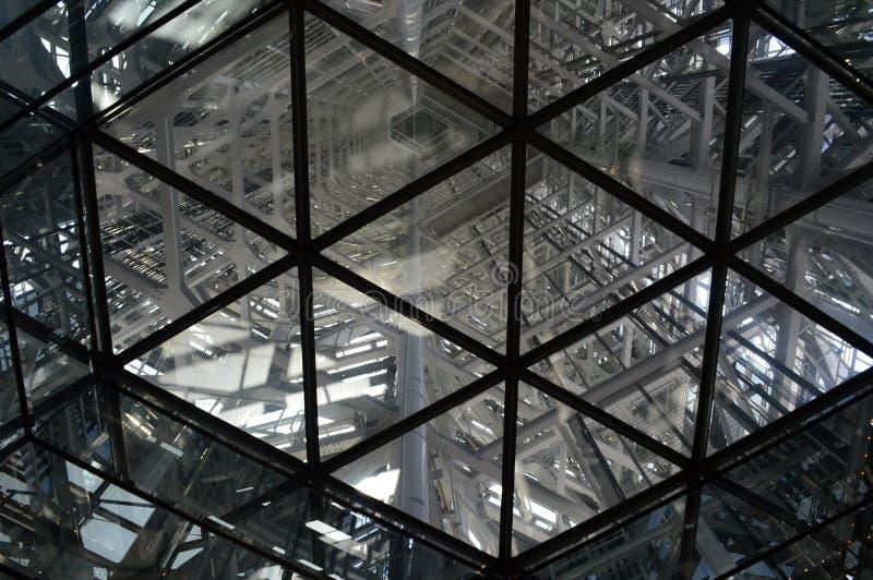 Αφηρημένη άποψη του εσωτερικού του πλαισίου ενός πύργου στοκ φωτογραφίες