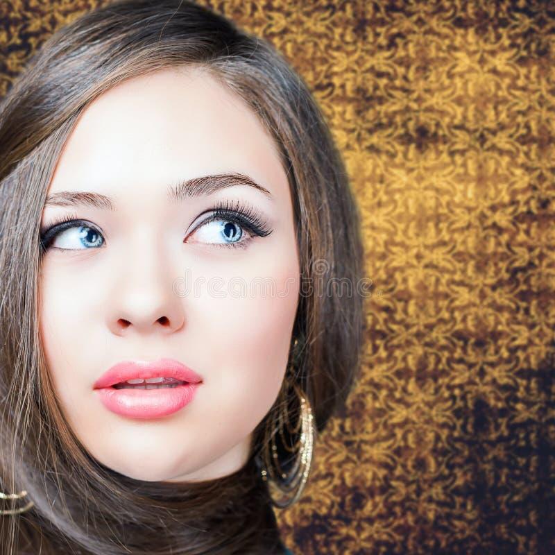 αφηρημένη απεικόνιση μόδας εμβλημάτων hairstyle όμορφη μακριά ευθεία γυν&alpha στοκ εικόνα με δικαίωμα ελεύθερης χρήσης