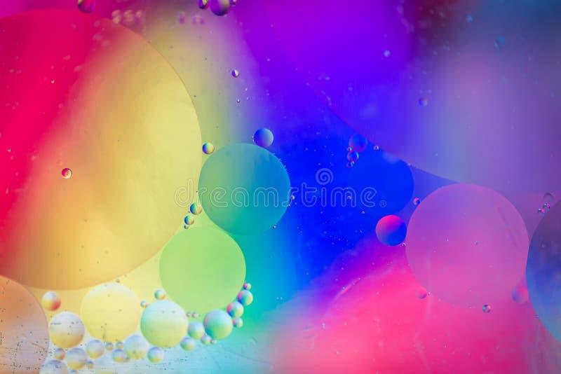 Αφηρημένη εικόνα υποβάθρου ουράνιων τόξων που γίνεται με το έλαιο, το νερό και το σαπούνι στοκ εικόνες
