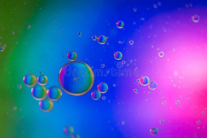 Αφηρημένη εικόνα υποβάθρου ουράνιων τόξων που γίνεται με το έλαιο, το νερό και το σαπούνι στοκ εικόνα