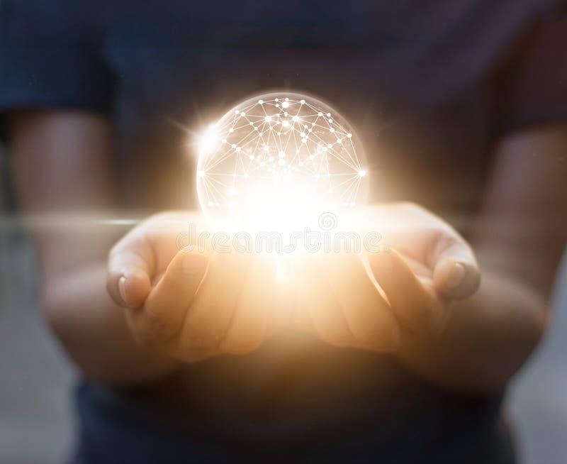 Αφηρημένη επιστήμη, σύνδεση παγκόσμιων δικτύων κύκλων στα χέρια στοκ εικόνες