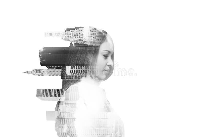 Αφηρημένη διαφανής όμορφη γυναίκα με την άποψη της Νέας Υόρκης σχετικά με το άσπρο υπόβαθρο Γραπτή εικόνα στοκ εικόνες