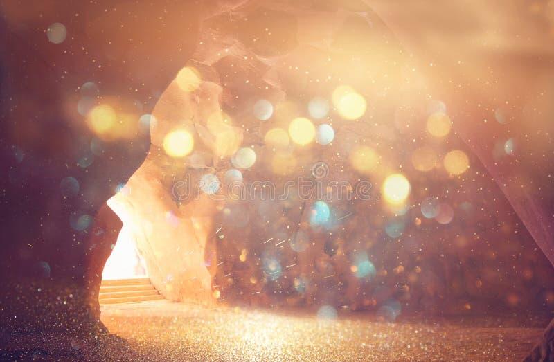 Αφηρημένη και υπερρεαλιστική εικόνα της σπηλιάς με το φως η αποκάλυψη και ανοίγει την πόρτα, ιερή έννοια ιστορίας Βίβλων στοκ εικόνα