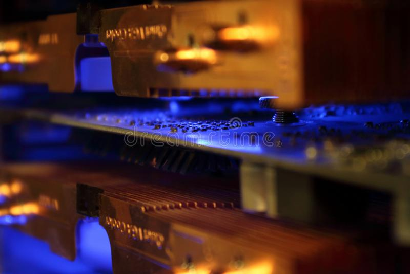 Αφηρημένη κινηματογράφηση σε πρώτο πλάνο του γραφικού δοχείου ψύξης καρτών υπολογιστών στοκ εικόνα