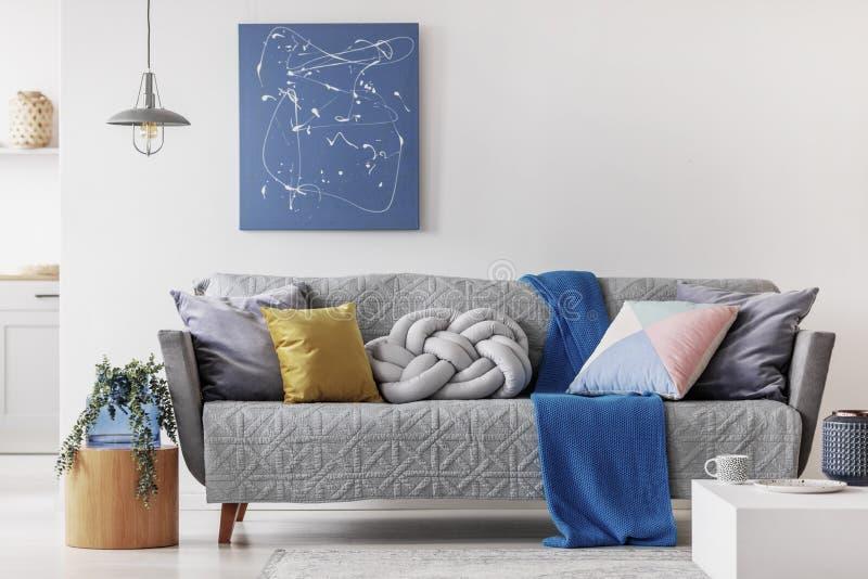 Αφηρημένη μπλε ζωγραφική στον κενό άσπρο τοίχο του ανοικτού διαμερίσματος σχεδίων στοκ εικόνες