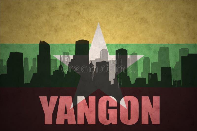 Αφηρημένη σκιαγραφία της πόλης με το κείμενο Yangon στην εκλεκτής ποιότητας σημαία της Myanmar στοκ εικόνες