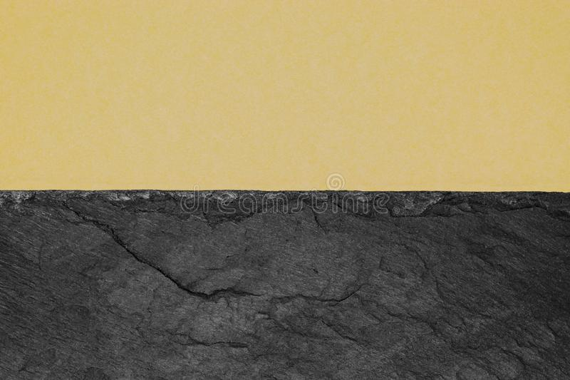 Αφηρημένη σύνθεση υποβάθρου διαιρεσμένος στο μισό ματ μπεζ έγγραφο χρώματος και τη μαύρη πέτρα με το διάστημα αντιγράφων στοκ εικόνα