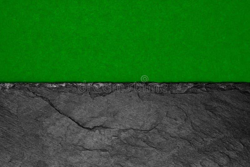 Αφηρημένη σύνθεση υποβάθρου διαιρεσμένος στο μισό ματ σκούρο πράσινο έγγραφο χρώματος και τη μαύρη πέτρα με το διάστημα αντιγράφω στοκ φωτογραφία