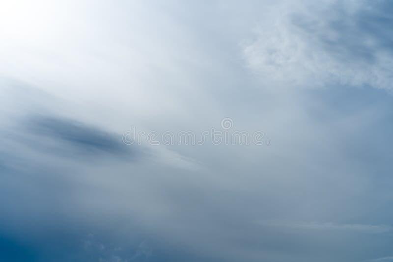 Αφηρημένη σύσταση του μπλε ουρανού με το φτερό και τα μαλακά σύννεφα στοκ φωτογραφία