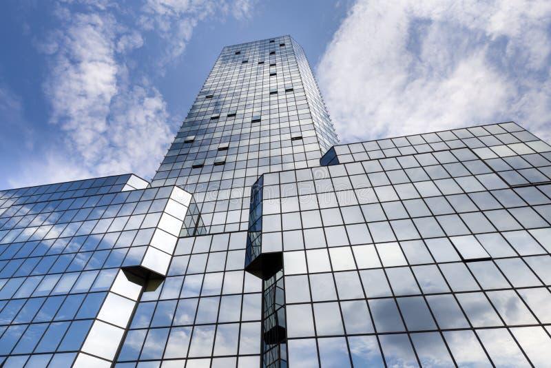 Αφηρημένη σύσταση του μπλε σύγχρονου κτηρίου γυαλιού στοκ φωτογραφίες