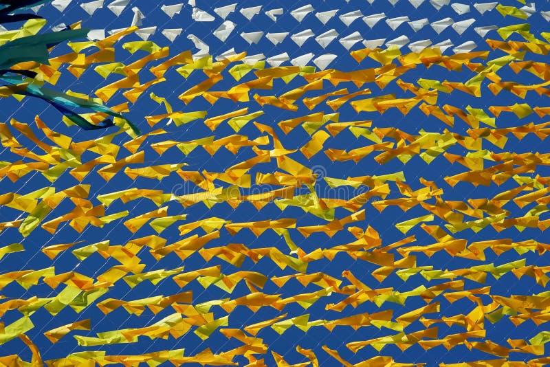 Αφηρημένη σύσταση υποβάθρου ενός πλέγματος και ενός υφάσματος του κίτρινου και μπλε χρώματος στοκ φωτογραφία με δικαίωμα ελεύθερης χρήσης