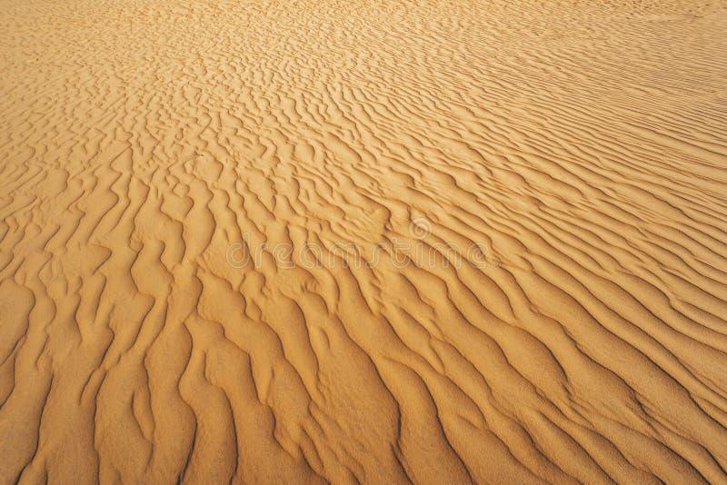 Αφηρημένη σύσταση Υπόβαθρο με τις ομαλές γραμμές άμμου Κυματισμοί αμμόλοφων άμμου στην άμμο στοκ φωτογραφίες με δικαίωμα ελεύθερης χρήσης