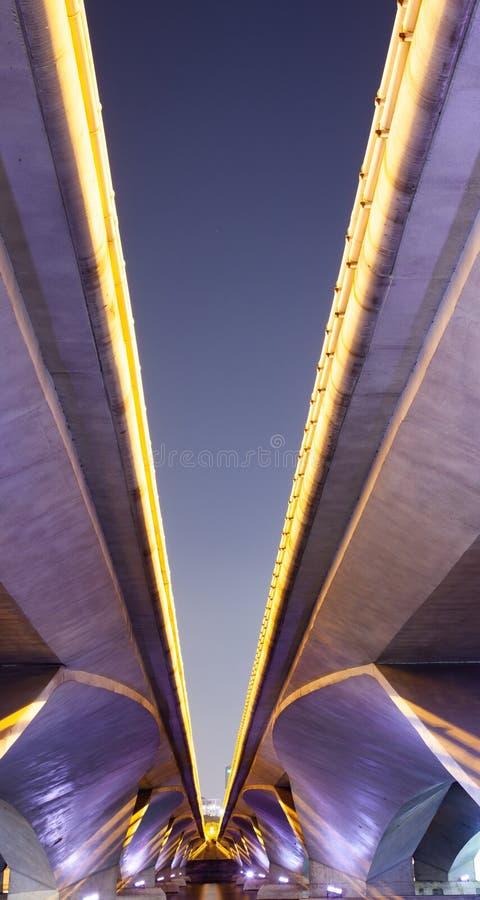 αφηρημένη φωτογραφία των γραμμών γεφυρών τη νύχτα στοκ φωτογραφίες