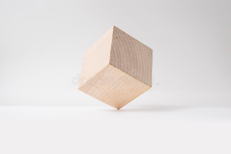 Αφηρημένος γεωμετρικός πραγματικός ξύλινος κύβος με το υπερφυσικό σχεδιάγραμμα στο άσπρο υπόβαθρο στοκ φωτογραφίες με δικαίωμα ελεύθερης χρήσης