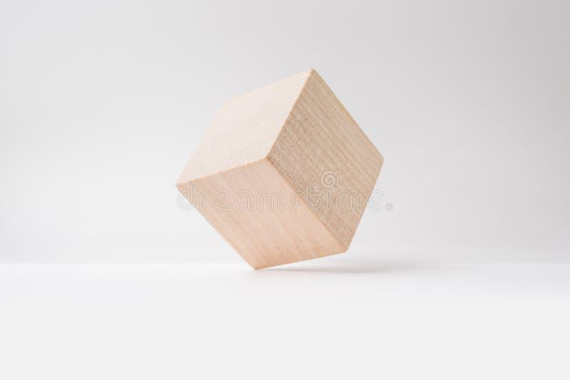 Αφηρημένος γεωμετρικός πραγματικός ξύλινος κύβος με το υπερφυσικό σχεδιάγραμμα στο άσπρο υπόβαθρο στοκ εικόνα με δικαίωμα ελεύθερης χρήσης