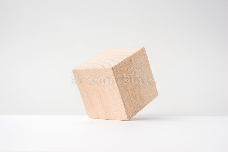 Αφηρημένος γεωμετρικός πραγματικός ξύλινος κύβος με το υπερφυσικό σχεδιάγραμμα στο άσπρο υπόβαθρο στοκ φωτογραφίες