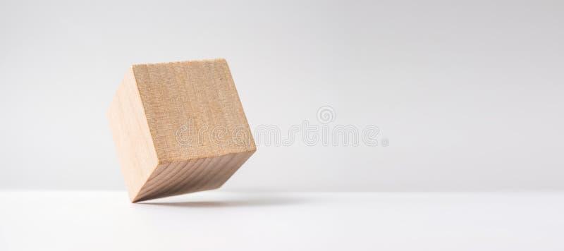 Αφηρημένος γεωμετρικός πραγματικός ξύλινος κύβος με το υπερφυσικό σχεδιάγραμμα στο άσπρο υπόβαθρο στοκ φωτογραφία με δικαίωμα ελεύθερης χρήσης