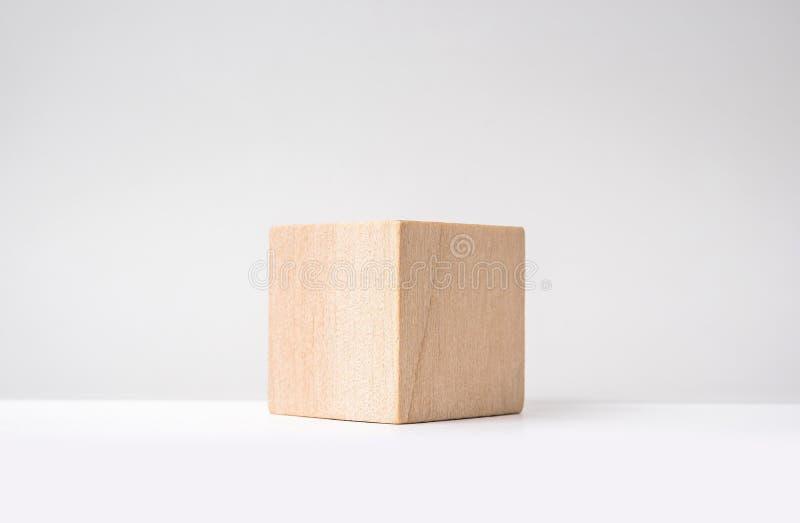 Αφηρημένος γεωμετρικός πραγματικός ξύλινος κύβος με το υπερφυσικό σχεδιάγραμμα στο άσπρο υπόβαθρο στοκ εικόνες