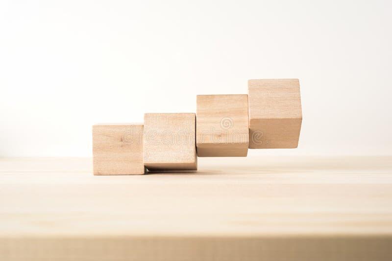 Αφηρημένος γεωμετρικός πραγματικός ξύλινος κύβος με το υπερφυσικό σχεδιάγραμμα στο ξύλινο υπόβαθρο πατωμάτων στοκ εικόνες