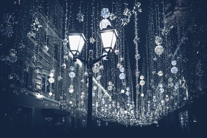 Αφηρημένος μονοχρωματικός Χριστουγεννιάτικος δρόμος με φωτισμό, κάψιμο φανάρι να κλείνει, Christmastide, σύγχρονο φόντο στοκ εικόνες