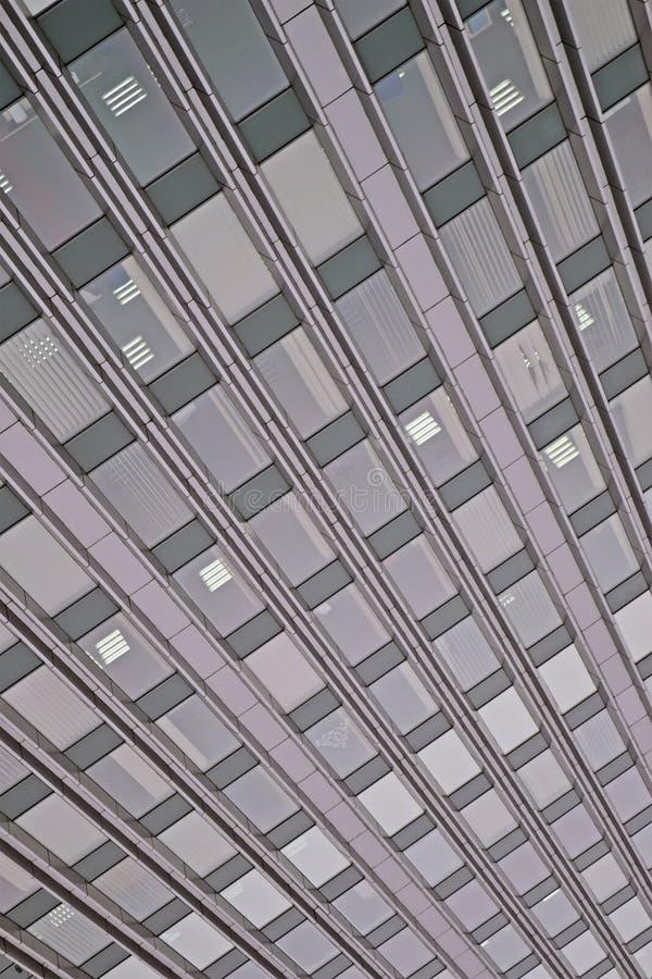 Αφηρημένος τοίχος οικοδόμησης με το σωρό παραθύρων, σύγχρονη αρχιτεκτονική, στοκ φωτογραφίες