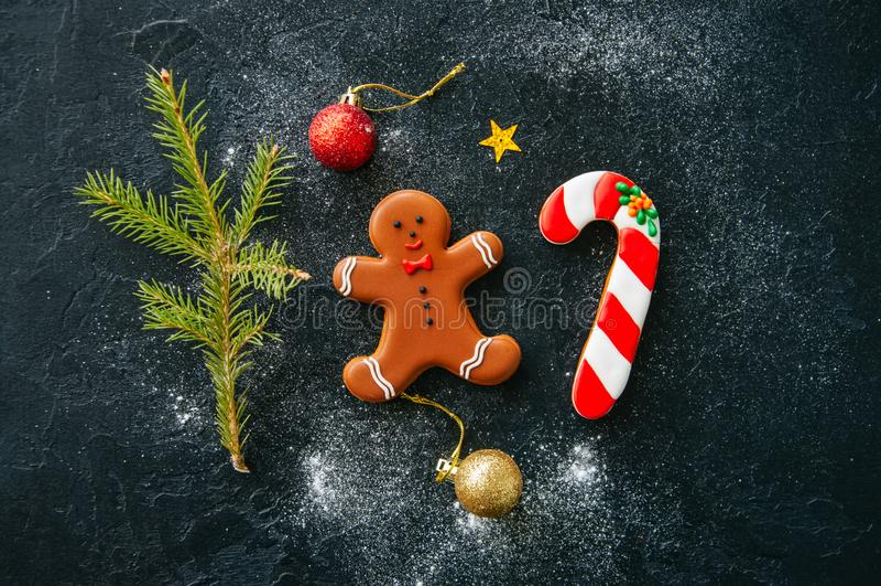 αφηρημένο ανασκόπησης Χριστουγέννων σκοτεινό διακοσμήσεων σχεδίου λευκό αστεριών προτύπων κόκκινο Μπισκότα καλάμων ατόμων και καρ στοκ φωτογραφία με δικαίωμα ελεύθερης χρήσης