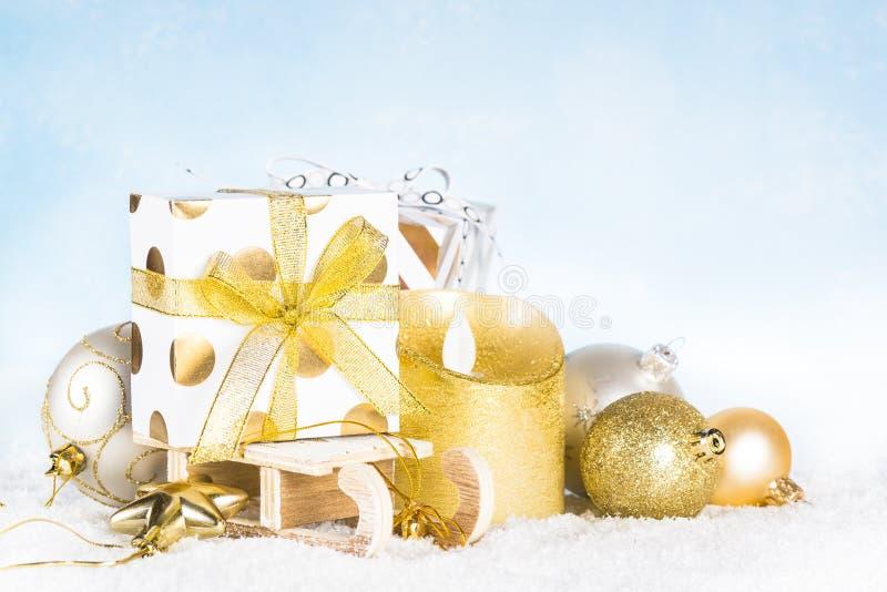 αφηρημένο ανασκόπησης Χριστουγέννων σκοτεινό διακοσμήσεων σχεδίου λευκό αστεριών προτύπων κόκκινο Έλκηθρο με το παρόν κιβώτιο, το στοκ εικόνες με δικαίωμα ελεύθερης χρήσης