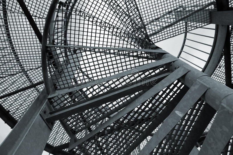 Αφηρημένο βιομηχανικό υπόβαθρο με τη σπειροειδή σκάλα χάλυβα στοκ εικόνες