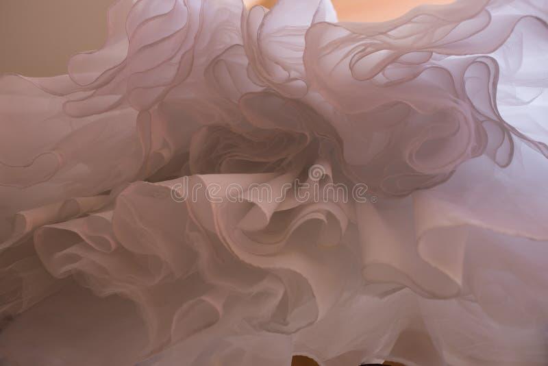 Αφηρημένο γαμήλιο φόρεμα προεξοχών Ασυνήθιστη ανοδική άποψη γωνίας στοκ φωτογραφία