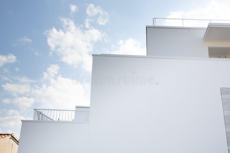 Αφηρημένο γεωμετρικό κτήριο πολυτέλειας τοίχων σύγχρονο στο μπλε ουρανό στοκ εικόνες με δικαίωμα ελεύθερης χρήσης