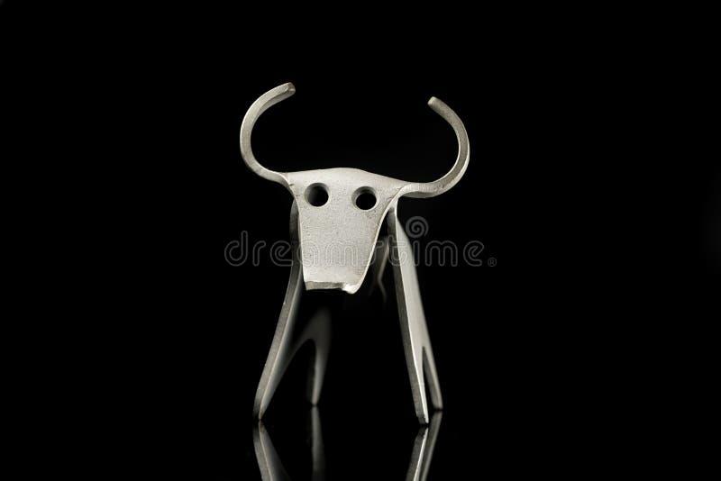 Αφηρημένο ειδώλιο ενός ταύρου φιαγμένου από καμμμένο φύλλο αλουμινίου στοκ φωτογραφίες