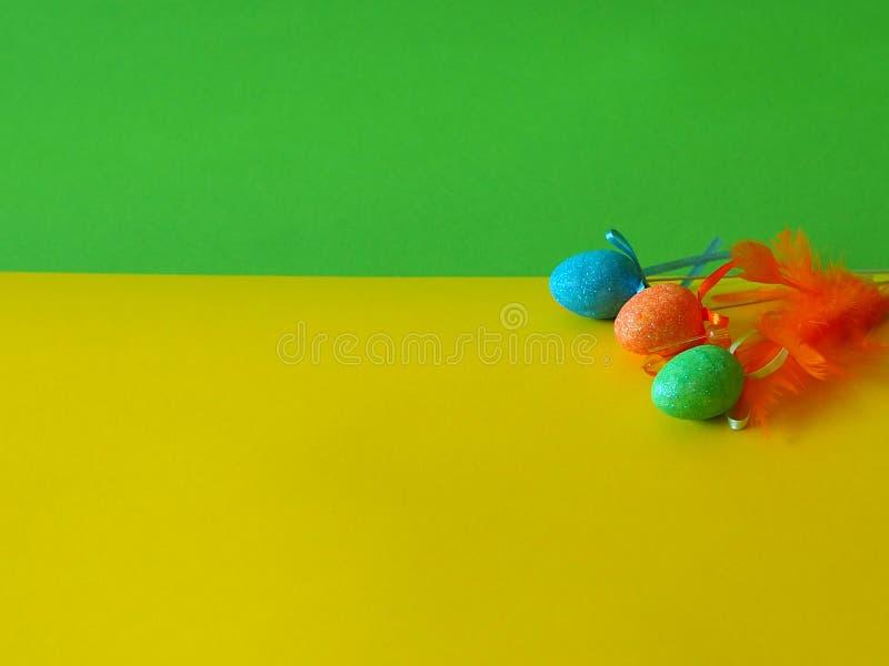 Αφηρημένο κίτρινο και πράσινο υπόβαθρο με τα αυγά στοκ εικόνες