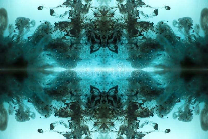Αφηρημένο μπλε υπόβαθρο που γίνεται με το μελάνι στο νερό στοκ φωτογραφία