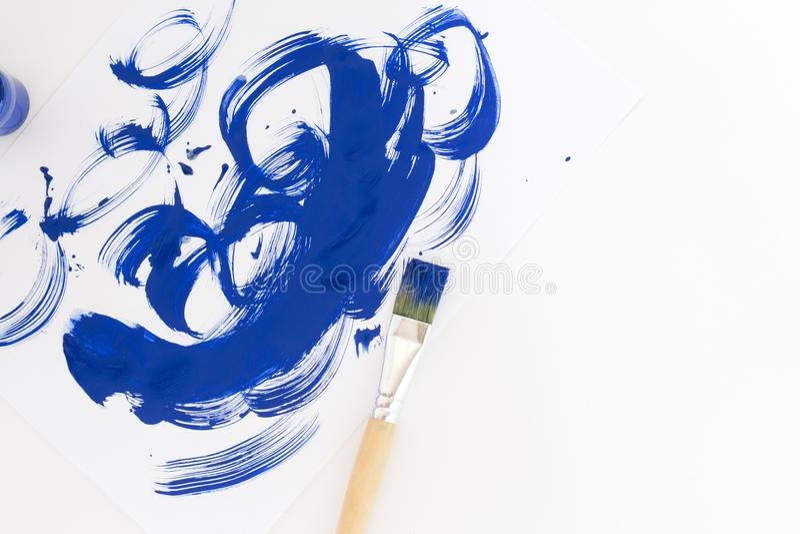 Αφηρημένο μπλε υπόβαθρο watercolor κτυπημάτων βουρτσών χρωμάτων στη Λευκή Βίβλο στοκ φωτογραφία με δικαίωμα ελεύθερης χρήσης