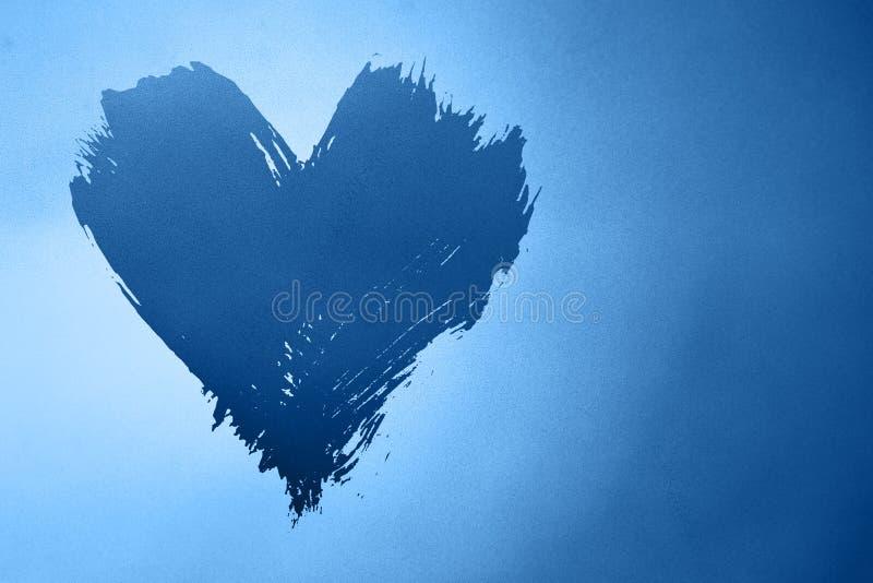 Αφηρημένο μπλε φόντο με ζωγραφισμένη καρδιά στοκ φωτογραφία με δικαίωμα ελεύθερης χρήσης