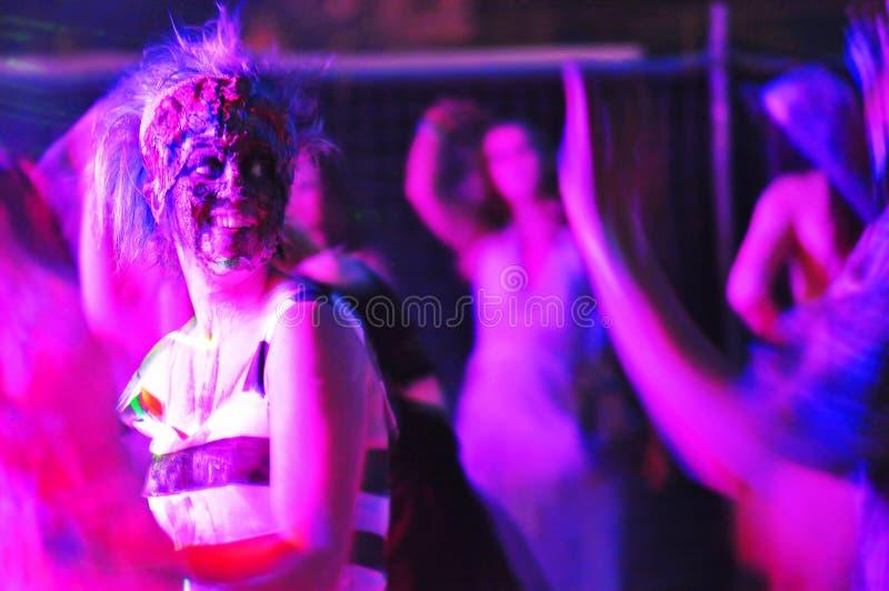 Αφηρημένο πορφυρό χορεύοντας νυχτερινό κέντρο διασκέδασης ανθρώπων στοκ φωτογραφία με δικαίωμα ελεύθερης χρήσης