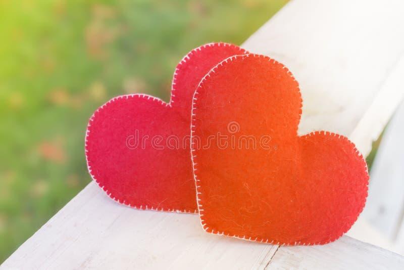 Αφηρημένο σύμβολο υποβάθρου ημέρας βαλεντίνων Έννοια δύο καρδιών της αγάπης στοκ εικόνα